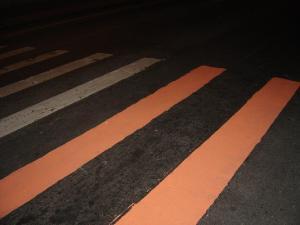 Fig. 24 – Intervenção Urbana em faixa de pedestres. PELOSPUBLICOS, 2004 – Foto: Acervo do Grupo.