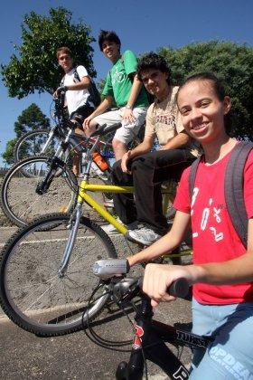 Priscila Forone / Agência Gazeta do Povo / Leandro, Gustavo, Elizeu e Natália: bike para todas as horas
