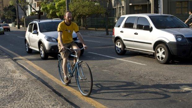 Antonio Costa/Gazeta do Povo / O artista plástico Fernando Rosembaum pedala 15 quilômetros todos os dias para ir trabalhar
