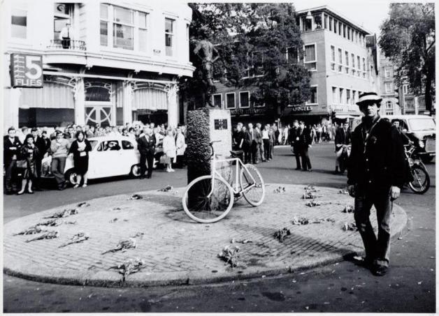 Provo Rob Stolk e bicicleta branca, em Lieverdje, Amsterdão (1965)